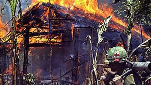 Village en flammes au Vietnam.