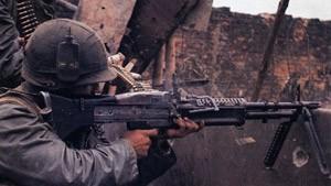 Dans la ville d'Hué, un soldat US engage l'ennemi avec sa M60. Hué fut l'un des rares combats urbains de la guerre du Vietnam.